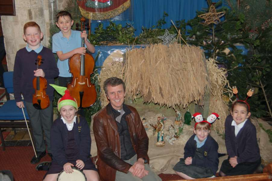 Rev David Oxtoby joins children at his final Christmas concert