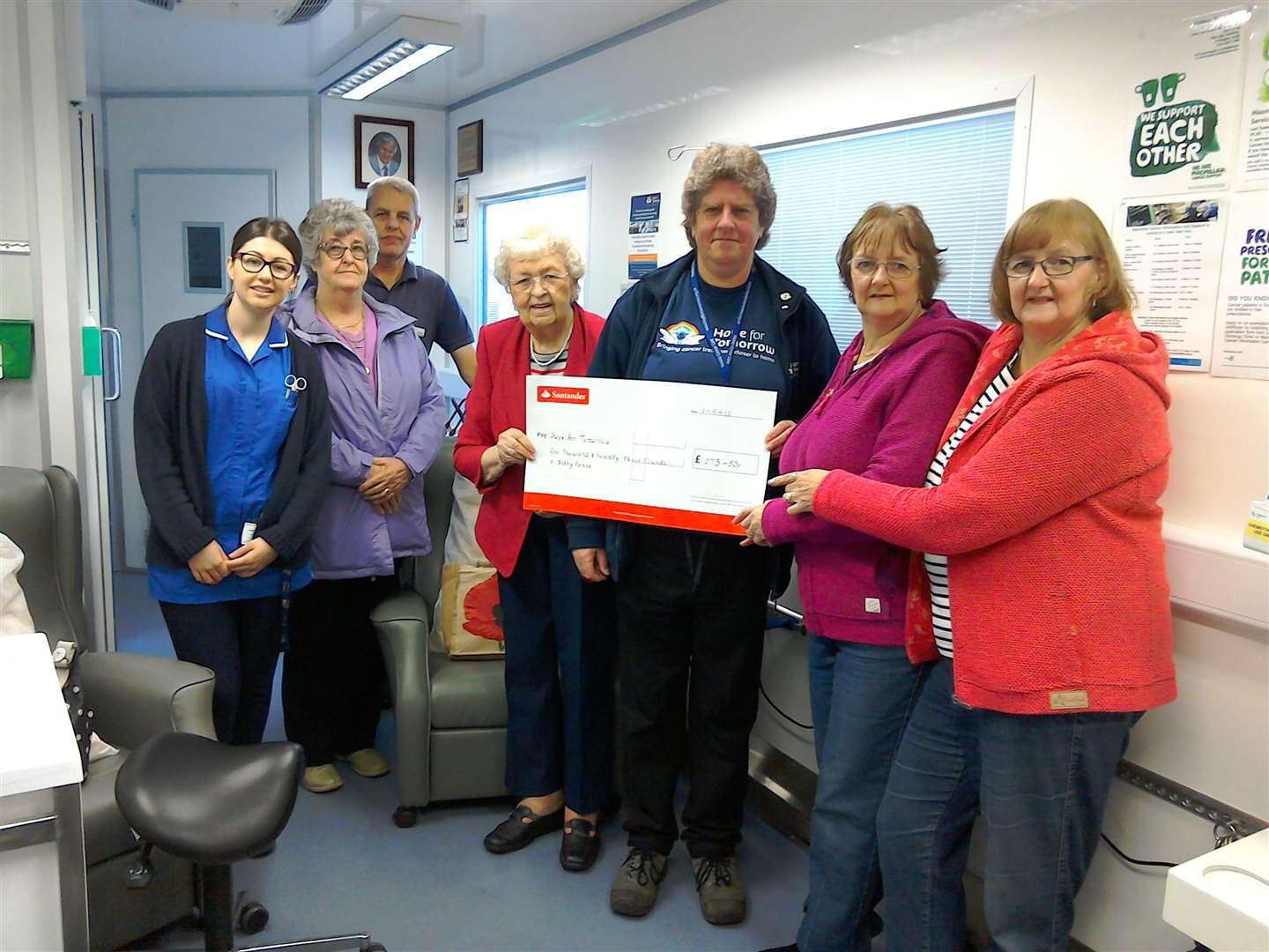 June Leak, Marlene Loveridge, Diane Tilley and Elaine Ladds with staff from the Hope for Tomorrow MCCU unit. (5573098)