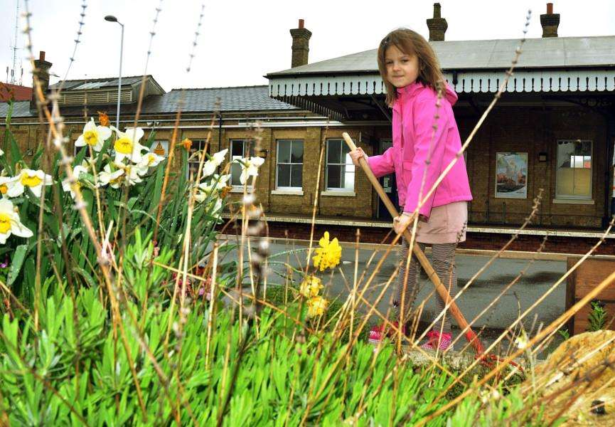 Young volunteer Gabby Sele, helps clear up at Spalding Railway Station. Photo: (TIM WILSON): SG280418-174TW