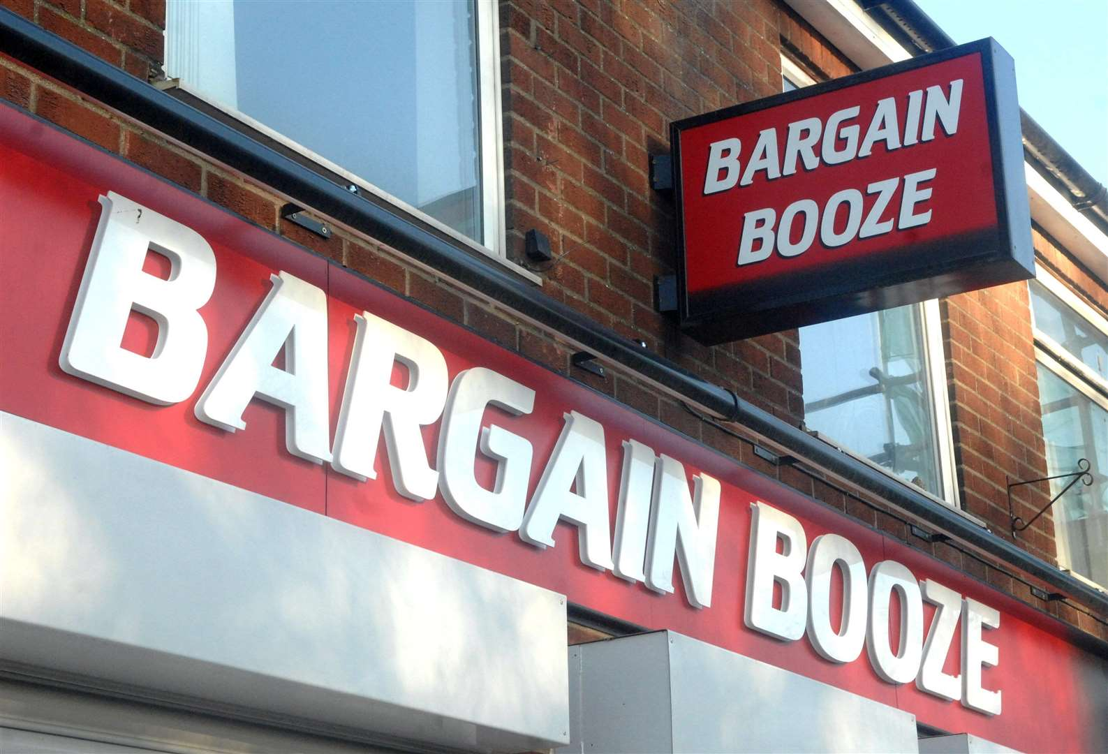 A member of staff at Bargain Booze in Donington was shown a knife by Benjamin Lovell when he was challenged about the theft of cigarettes from the store. Photo by Adam Fairbrother. Photo: MSSP-04-04-18. (2174294)