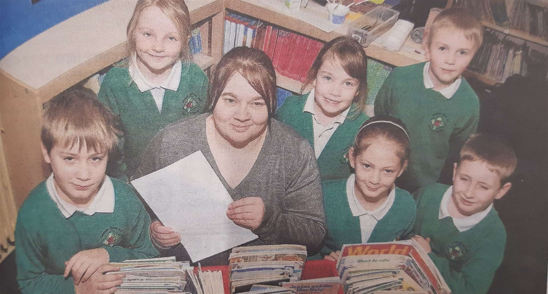 Head teacher Karyn Wiles with pupils at Gedney Drove End Primary School in 2011. (44171453)