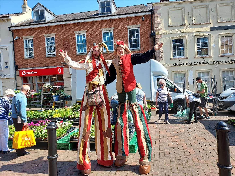Stilt walkers in Spalding town center (47799966)