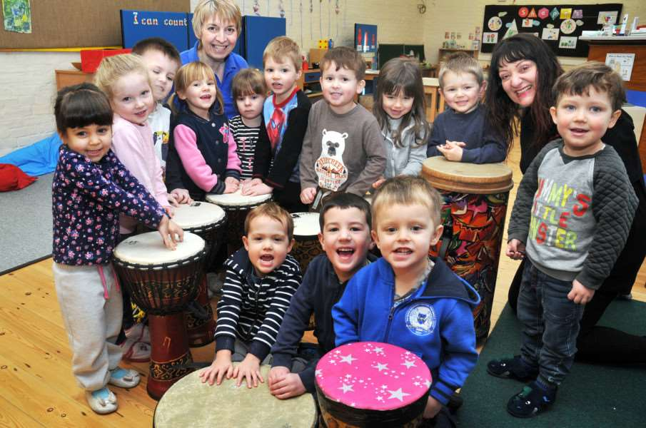 Music leader Liz Lenton with young musicians: SG250118-101TW