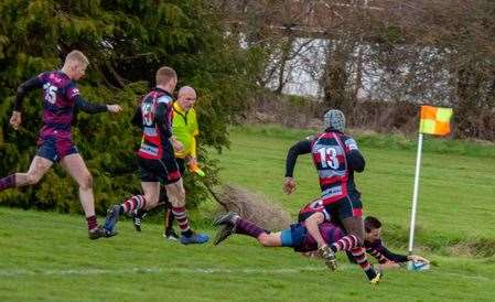 Spalding winger Gav Sharman scores his side's third try against Dunstablians.Photo by Adrian Smith.