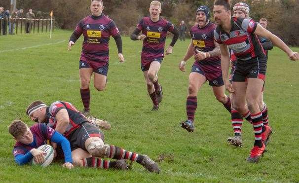 Spalding winger Ben Shields scores their fourth try against Dunstablians.Photo by Adrian Smith.