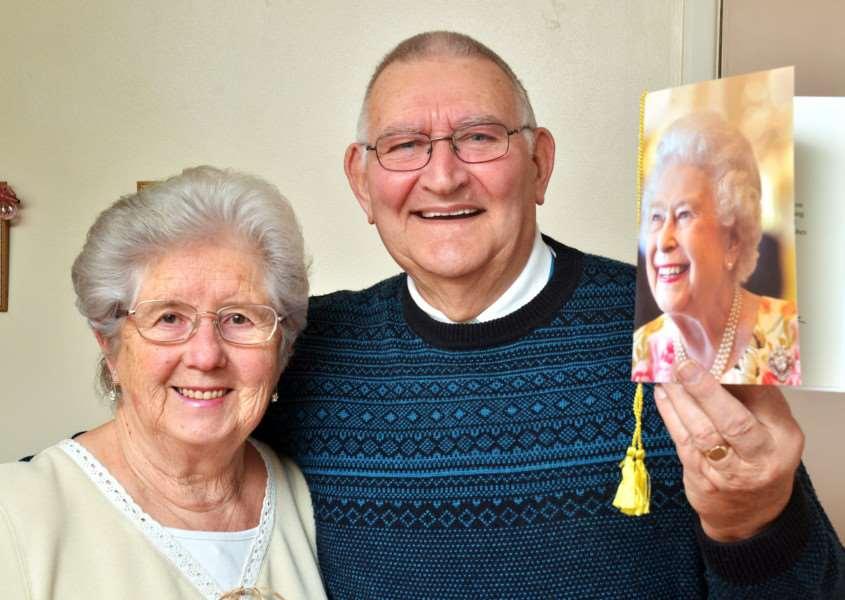 Eileen and Colin Bendall celebrate 60 years of marriage and a special card from the Queen. SG230118-100TW